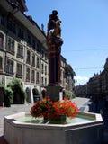 Vue de rue de Kramgasse avec la fontaine dans la vieille ville de Berne Image stock