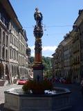 Vue de rue de Kramgasse avec la fontaine dans la vieille ville de Berne Photographie stock