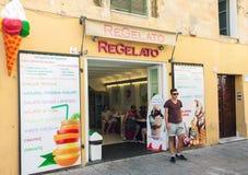 Vue de rue de l'extérieur italien traditionnel de gelateria Image libre de droits