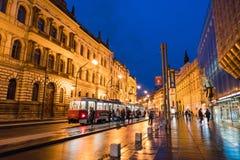 Vue de rue de Prague la nuit photographie stock libre de droits