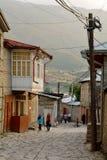 Vue de rue sur la rue de Huseynov de pavé rond, la rue principale du village montagneux de Lahic de l'Azerbaïdjan photographie stock