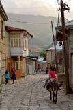 Vue de rue sur la rue de Huseynov de pavé rond, la rue principale du village montagneux de Lahic de l'Azerbaïdjan photographie stock libre de droits