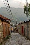 Vue de rue sur la rue de Huseynov de pavé rond, la rue principale du village montagneux de Lahic de l'Azerbaïdjan photos stock