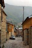 Vue de rue sur la rue de Huseynov de pavé rond, la rue principale du village montagneux de Lahic de l'Azerbaïdjan images stock