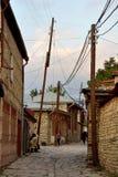 Vue de rue sur la rue de Huseynov de pavé rond, la rue principale du village montagneux de Lahic de l'Azerbaïdjan images libres de droits