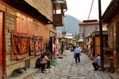 Vue de rue sur la rue de Huseynov de pavé rond, la rue principale du village montagneux de Lahic de l'Azerbaïdjan image libre de droits