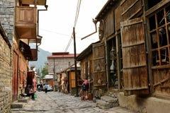 Vue de rue sur la rue de Huseynov de pavé rond, la rue principale du village montagneux de Lahic de l'Azerbaïdjan photo stock