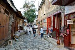Vue de rue sur la rue de Huseynov de pavé rond, la rue principale du village montagneux de Lahic de l'Azerbaïdjan image stock