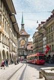 Vue de rue sur la tour d'horloge de Kramgasse dans la vieille ville de Berne CIT Images stock