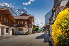 Vue de rue sur le village historique de Lauterbrunnen avec l'église, gigan images libres de droits