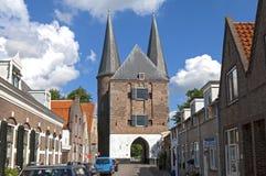 Vue de rue de Zierikzee avec la porte et les maisons de ville Photos stock