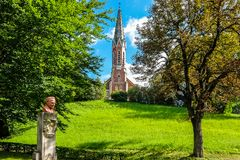 Vue de rzzuschlag évangélique de ¼ d'Evangelische Kirche MÃ d'église dans le jour ensoleillé lumineux photo libre de droits