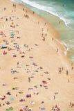 Vue de s-oeil de ` d'oiseau sur la plage sablonneuse la Riviera de Nazare sur la côte de à Photographie stock