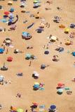 Vue de s-oeil de ` d'oiseau sur la plage sablonneuse la Riviera de Nazare sur la côte de à Photos stock