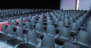 Vue de salle de conférences vide avec les sièges confortables salle de conférence pour l'assistance d'affaires Chaises vides grat clips vidéos