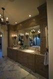 Vue de salle de bains avec le lustre de Lit photographie stock libre de droits