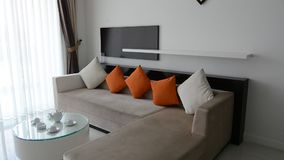 Vue de salon moderne à la villa de luxe banque de vidéos
