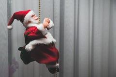 Vue de Santa Claus Toy Santa Claus, chapeau rouge, mains augmentées  Images libres de droits