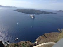 Vue de Santorini avec un bateau de croisière Photographie stock libre de droits