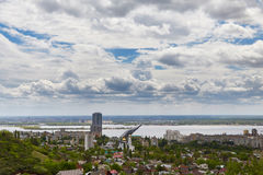 Vue de Saratov et du pont par Volga Images stock