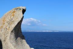 Vue de Sardaigne sur l'océan profond-bleu avec la Corse sur l'horizon et la roche bizarre dans l'avant photos stock