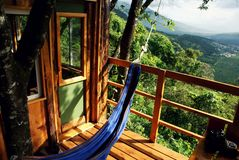 Vue de Scenec du balcon d'une cabane dans un arbre avec un hamac images libres de droits