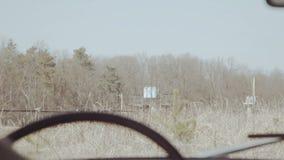 Vue de secousse d'angle arrière de vieil homme conduisant dans la rétro voiture à la route non-urbaine clips vidéos