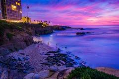 Vue de Shell Beach et de l'océan pacifique au coucher du soleil, à La Jolla image libre de droits