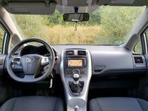 Vue de siège arrière au-dessus de tableau de bord de voiture, affichage de navigation d'écran tactile, transmission manuelle de v Photos libres de droits