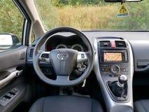 Vue de siège conducteur au-dessus de tableau de bord de voiture, affichage de navigation d'écran tactile, transmission manuelle d Photographie stock libre de droits