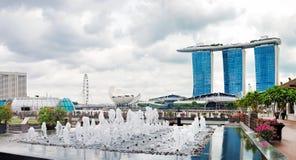 Vue de Singapour central avec la fontaine de Merlion Image libre de droits