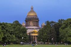 Vue de soirée de cathédrale du ` s de St Isaac de la place de sénat, St Petersburg photo libre de droits