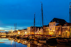 Vue de soirée d'un canal néerlandais au centre de la ville de Zwolle Photo libre de droits