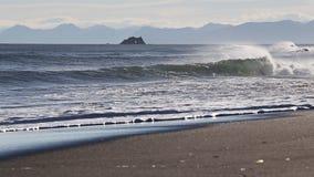 Vue de soirée de Côte Pacifique pittoresque de péninsule de Kamchatka banque de vidéos