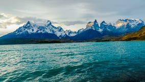 Vue de soirée de la montagne et du lac Pehoe en Torres Del Paine National Park banque de vidéos