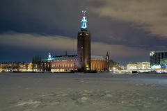 Vue de soirée de la ville hôtel de Stockholm à l'hiver photographie stock