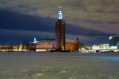 Vue de soirée de la ville hôtel de Stockholm en hiver image stock