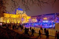 Vue de soirée de parc de glace de Noël de Zagreb photographie stock libre de droits