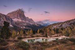 Vue de soirée du lac Limides et de bâti Tofana di Rozes Image stock
