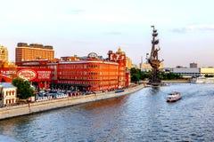 Vue de soirée sur l'usine d'octobre et le monument rouges de Peter I Photo stock