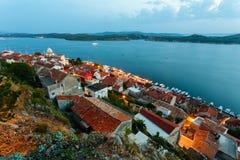Vue de soirée sur le saint James Cathedral et la ville de Sibenik, Croatie Photographie stock libre de droits