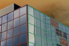 Vue de Solarized des réflexions dans un bâtiment en verre Photographie stock libre de droits