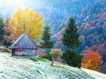Vue de soleil de montagne d'automne avec le hangar Photos libres de droits