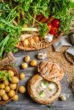 Vue de soupe aigre faite à partir des légumes frais photos stock