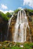 Vue de source de cascade à écriture ligne par ligne grande sur des lacs Plitvice photos libres de droits