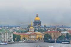 Vue de St Isaac& x27 ; cathédrale et Amirauté de s de taille du bird& x27 ; vol de s dans le St Petersbourg, Russie Photographie stock