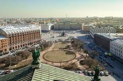Vue de St Petersburg du vestibule de la cathédrale de rue Isaac Image libre de droits