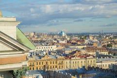 Vue de St Petersburg de la colonnade de la cathédrale du ` s de St Isaac image stock