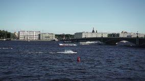 Vue de St Petersburg sur la rivière Neva banque de vidéos