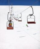 Vue de station de sports d'hiver avec des télésièges Images stock